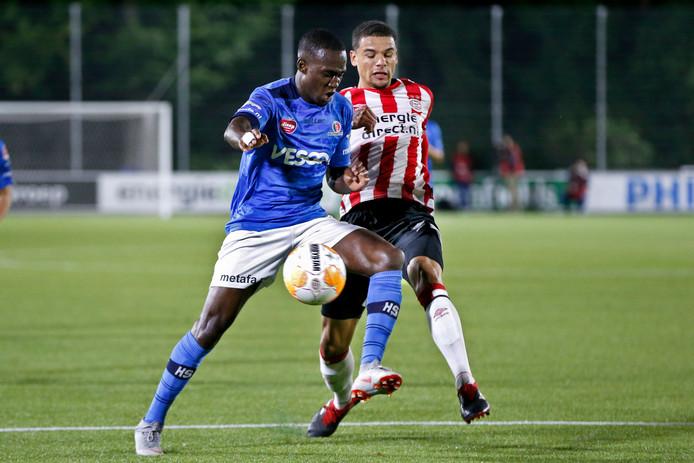 Helmond Sport-aanvaller Richelor Sprangers in duel met Armando Obispo van Jong PSV.