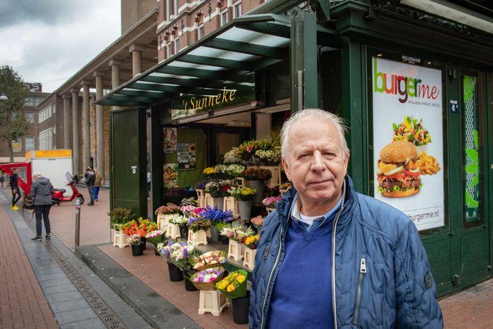 Henk van Benthem bij zijn bloemenkiosk in de Molenstraat.
