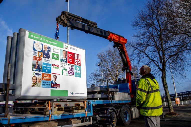 Verkiezingsborden worden geplaatst in Rotterdam voor de verkiezingen op 20 maart van de Provinciale Staten en de waterschappen.  Beeld ANP