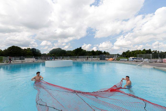 Bij Sweet Lake Wellness wordt door bouwvakkers de laatste hand gelegd aan de nieuwe buitenzwembaden.