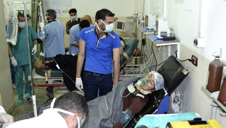 Een vrouw die slachtoffer zou zijn van een aanval met chloorgas wordt behandeld in Bab al-Hawa, nabij de Turkse grens. Beeld reuters