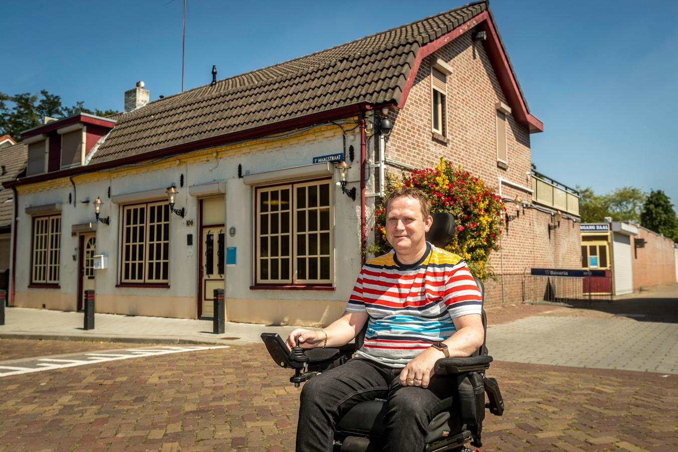 Kastelein Rick van den Ende voor café-zaal de Haagse Rozenknop in Helmond.