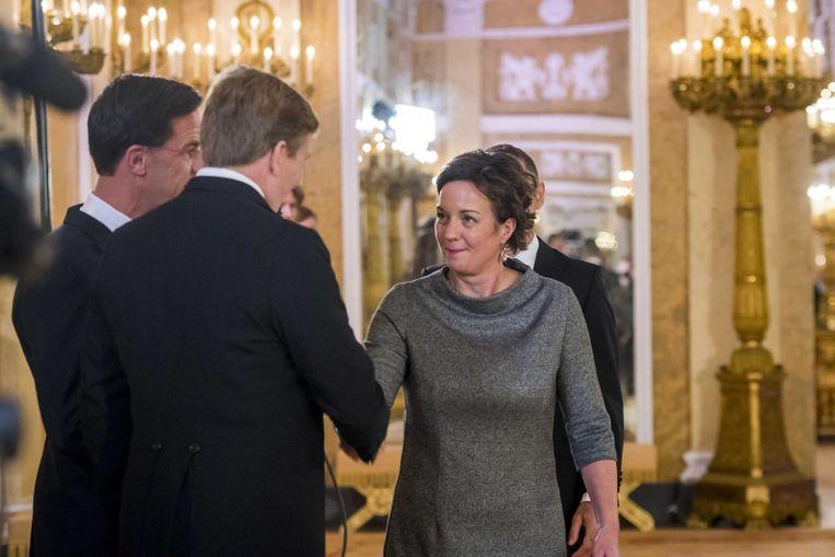 Ingrid van Engelshoven begroet koning Willem-Alexander tijdens de beëdiging in Paleis Noordeinde. Beeld anp