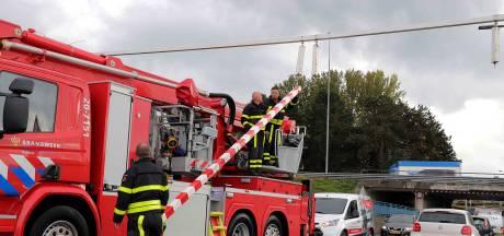 Tractorbestuurder ramt berucht viaduct in Waalwijk en rijdt door