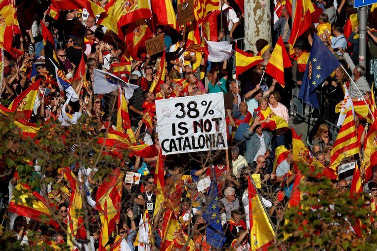 'Wij zijn hier om te laten zien dat een meerderheid van Catalanen niet langer wil zwijgen en niet langer het zwijgen wil worden opgelegd', zei Alex Ramos van organisator Societat Civil Catalana. Beeld reuters