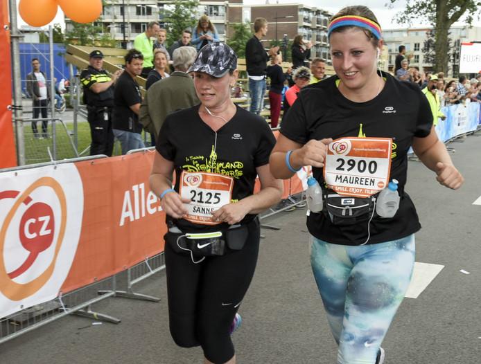 Maureen (rechts) en Sanne passeren als laatsten de finish.