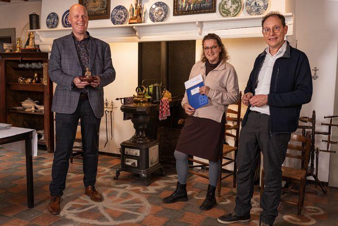 Directeur Hans Sonnemans van 't Oude Slot (links) heeft zojuist de collectie symbolisch in ontvangst genomen uit handen van cultuurhistoricus Gerard Rooijakkers (rechts).