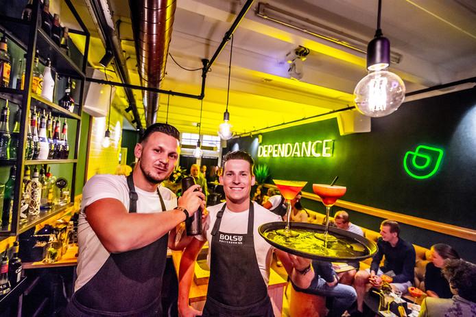 Bartenders Dennis van Kleef (links) en Martijn Kroon van Bar Dependance shaken de meest exotische cocktails.