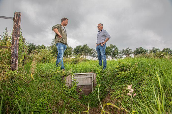 Bram de Vos (links) is een van de eerste boeren die waterhulp kreeg. Jurgen Neimeijer is regiocoördinator Overijssel en Zuid-Drenthe, van het Deltaplan Agrarisch Waterbeheer.