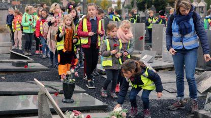 Kinderen eren gesneuvelde soldaten met klaprozen