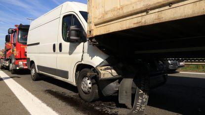 Chauffeur merkt file te laat op en rijdt tegen voorliggende vrachtwagen