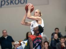 Einde carrière voor Kay Biesters (29) van Dolphins, basketballer licht ploeggenoten voor duel in