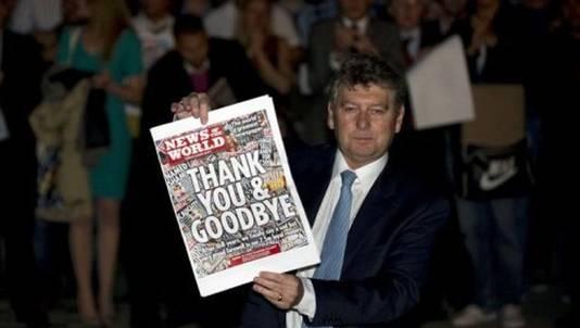 Hoofdredacteur Colin Meyer poseert met de allerlaatste News of the World.