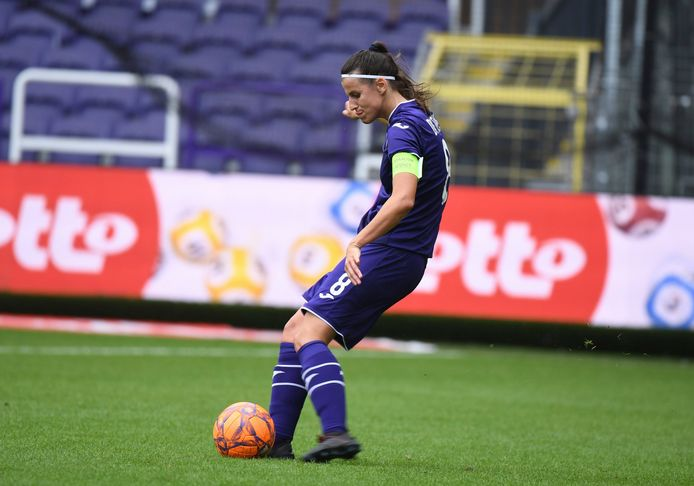 Laura De Neve (26), die tegen Linfield twee keer scoorde, is aan haar elfde seizoen bezig bij Anderlecht