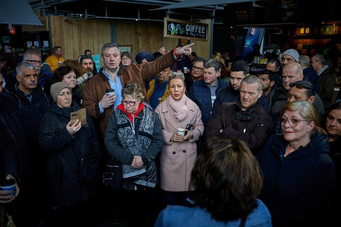 Marktkooplieden protesteren op de Binnenrotte en in de Markthal, die wel gewoon open is.