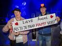 """Marijke en Simon van Wilsem, fans van het eerste uur, steken André Hazes een hart onder de riem. Het cijfer op Simons hoed verwijst naar de sterfdatum van Hazes senior. ,,Een bijzonder getal voor Hazes junior."""""""