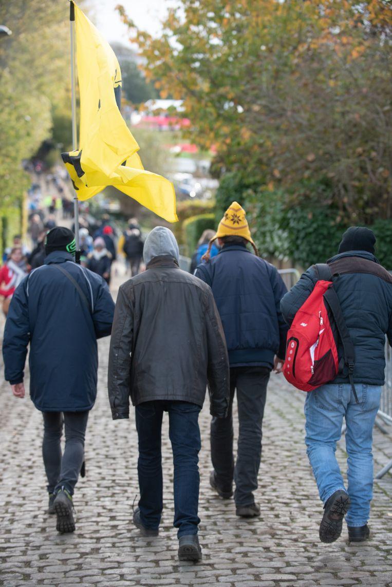 Ook het publiek is al aan de beklimming van de Koppenberg begonnen.