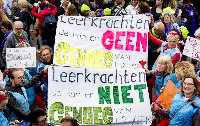 Stakende leraren en ander onderwijspersoneel uit het primair onderwijs uit de provincies Zuid-Holland en Zeeland lopen in optocht van het Wilhelminaplein naar de Euromast in 2018. Beeld ANP