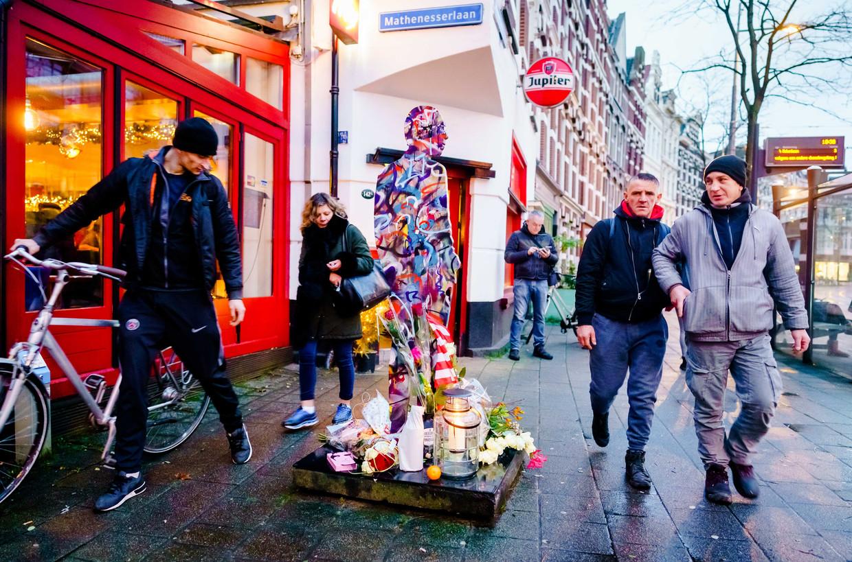 Bij het standbeeld van Jules Deelder bij café Ari aan de Nieuwe Binnenweg in Rotterdam is een klein altaar ontstaan.