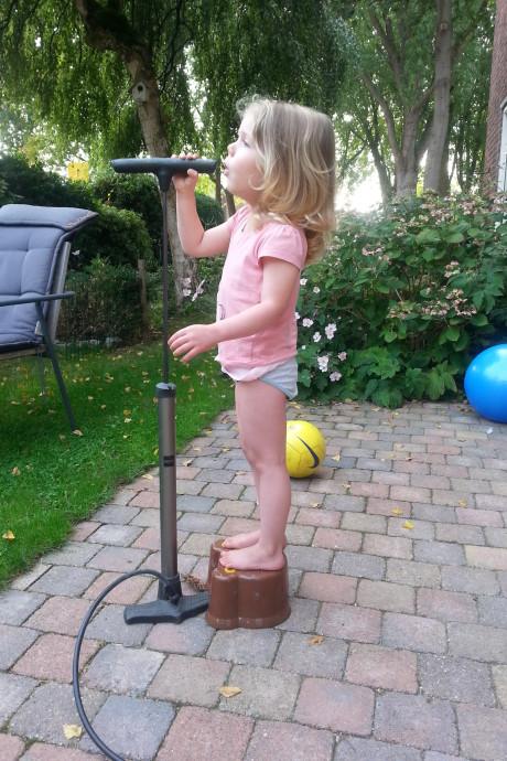 Talentje Lauren Kok zingt met een fietspomp en een opstapje