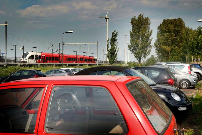 Vol parkeerterrein bij station Boven-Hardinxveld.