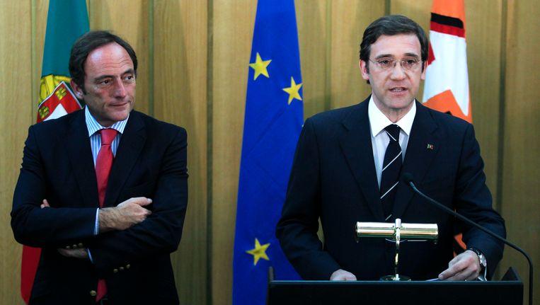 De Portugese premier Pedro Passos Coelho (rechts) met de nieuwe vicepremier Paulo Portas. Beeld AP