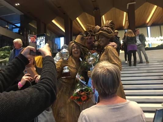 Monika van de Ree en Amber Houtzager vieren hun overwinning op het stadhuis in Arnhem