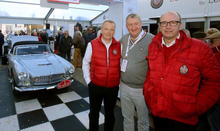 Organisatoren David Bourgoo, Philippe Van de Ryse en Filip Bourgoo bij een van de prachtige oldtimers.
