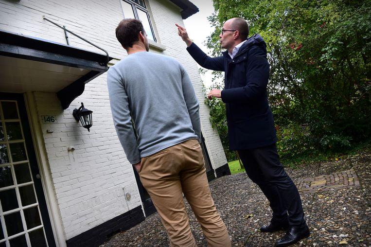 Een makelaar bekijkt samen met een cliënt een huis.  Beeld Marcel van den Bergh / de Volkskrant