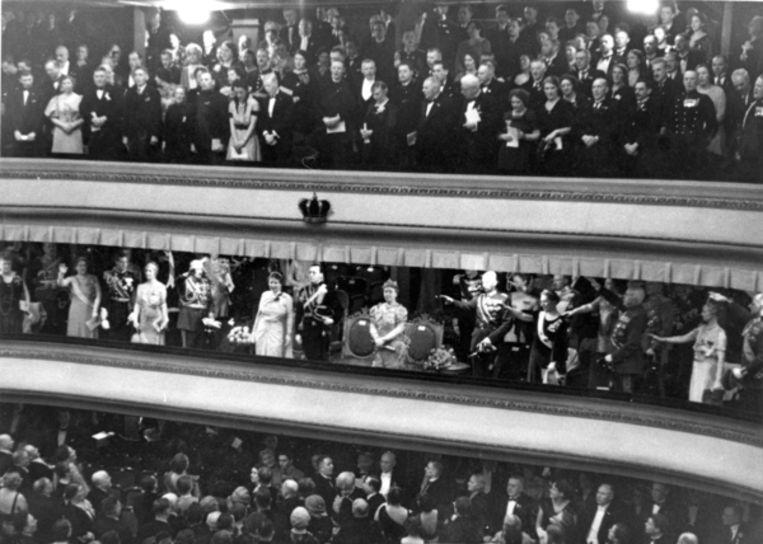 De ereloge tijdens de gala-avond op 5 januari 1937 voor het huwelijk van kroonprinses Juliana en prins Bernhard twee dagen later, in het gebouw Kunsten en Wetenschappen (K&W) in Den Haag. Tijdens het Wilhelmus wordt door de Duitse gasten de Hitlergroet gebracht, net als tijdens het spelen van het Duitse volkslied dat direct gevolgd werd door het Horst-Wessel-Lied. Beeld Nationaal Archief/Collectie Spaarnestad/Fotograaf onbekend