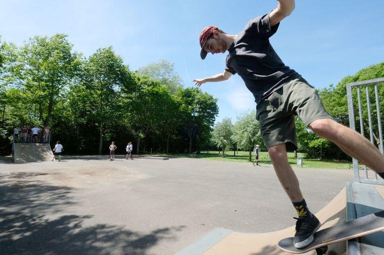 Een skater op één van de oude ramps in Hallaar