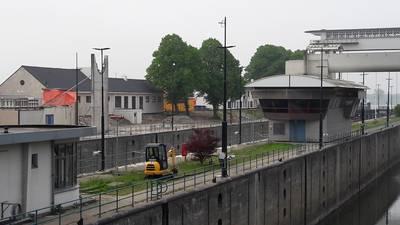 Oude loopbrug Prinses Beatrixsluis weggetakeld