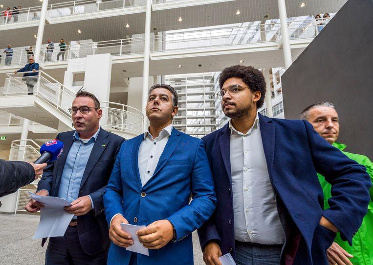 Richard de Mos (links) en Rachid Guernaoui (midden) bieden in oktober hun ontslag als wethouder aan. Beeld ANP