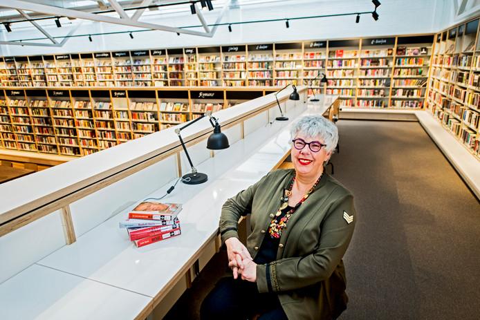 Directeur Conny Reijngoudt is dolblij met de nieuwe, modernere bibliotheek.