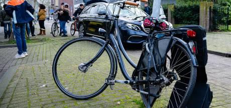 Jonge fietsster vliegt meters door de lucht na aanrijding met taxi en valt tegen een boom in Tilburg