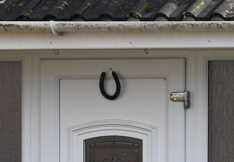 Een hoefijzer boven de deur van het huis van Skripal. Beeld REUTERS