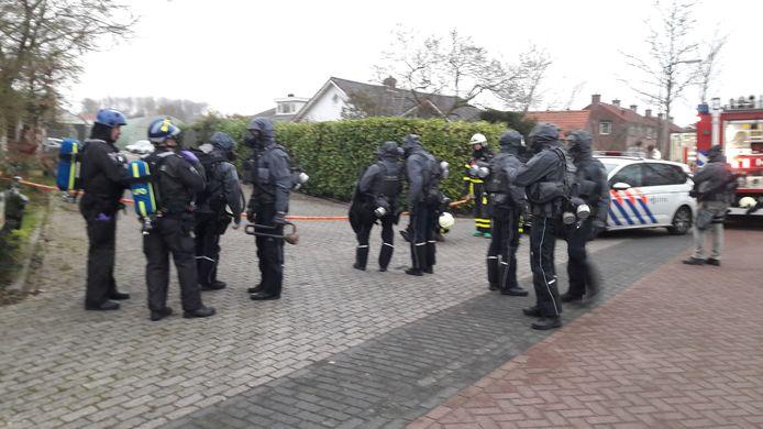 Een team van de Landelijke Eenheid stond klaar om een inval te doen in de loods in Nieuwendijk. Daar werd het drugslab aangetroffen.