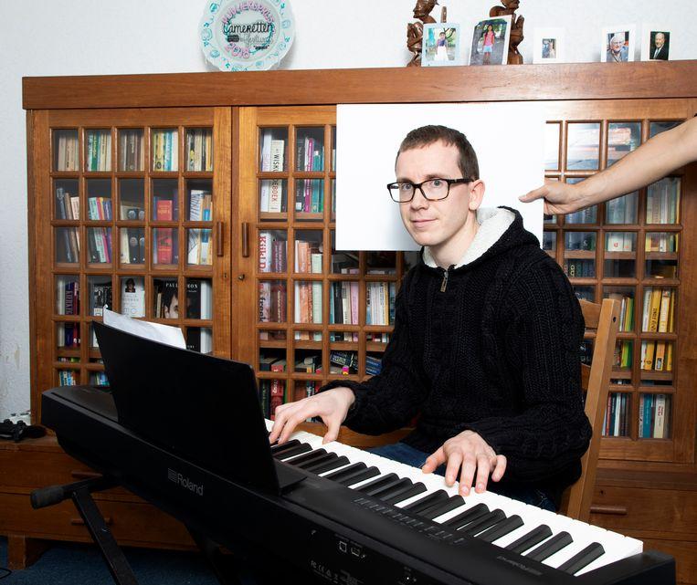 Cabaretier Chris Verlaan won eind november de Camerettenprijs. 'Voor mij draait het om de liedjes'. Beeld Judith Jockel