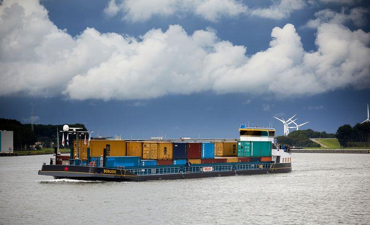 De Bon Jovi, een hybride-electrisch binnenvaartschip maakt een geslaagde proefvaart bij Willemstad. Beeld Phil Nijhuis