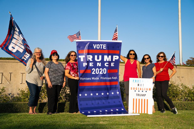 Vrouwelijke Trump-aanhangers. Links naast de banner Evelyn Jones. Beeld Marlo Madlangbayan Gaite-de Joya