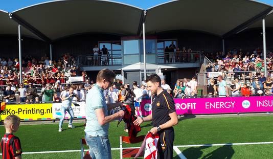 OJC-voorzitter Piet van der Plas en Stan van Bijsterveld (PSV) wisselen shirtjes uit bij de officiële start van de samenwerking.