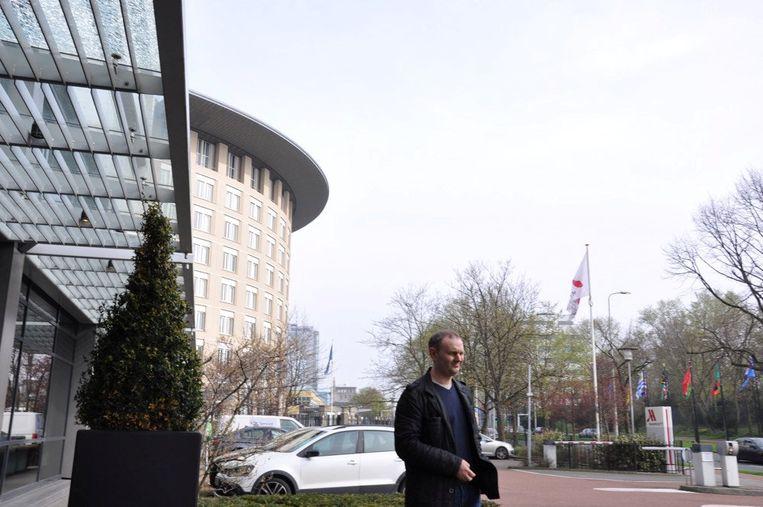 Een van de Russische hackers voor het OCPW-gebouw in Den Haag.  Beeld REUTERS