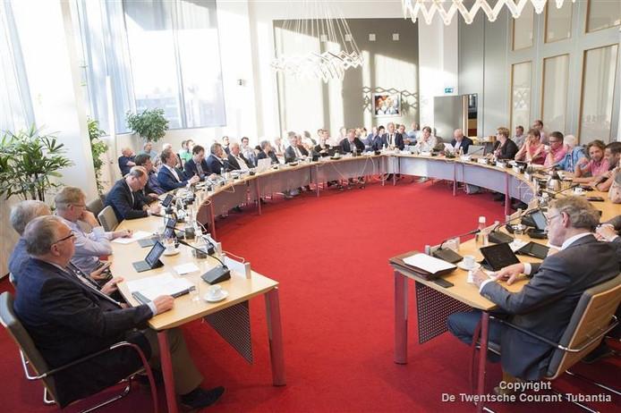 Chris Walraven (VVD) leest een verklaring voor in de gemeenteraad van Twenterand