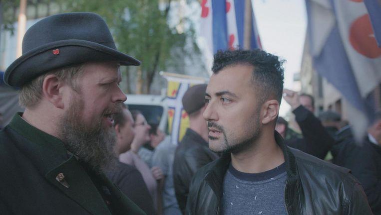 Özcan Akyol (r) neemt blokkeerfries Seye Herke Brinkman mee naar een feministisch debat in Amsterdam. Beeld NTR