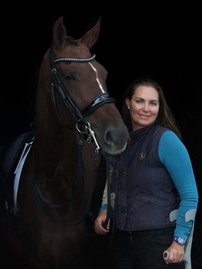 Tessa Baaijens-Van de Vrie uit 's-Heer Hendrikskinderen is een succesvol amazone binnen de paradressuur. Ze is begonnen aan haar 'Road to Paris'.