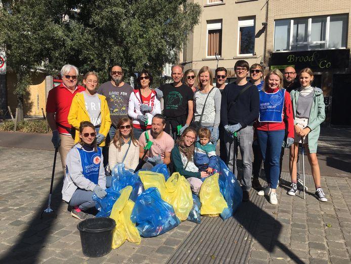 Afval ruimen schept ook een band, dat bewijst deze groep mensen die elkaar leerde kennen