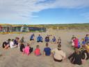 Beachvolleyballer uit de eredivisie Katja Stam geeft uitleg aan de jeugd van volleybalvereniging Monza.