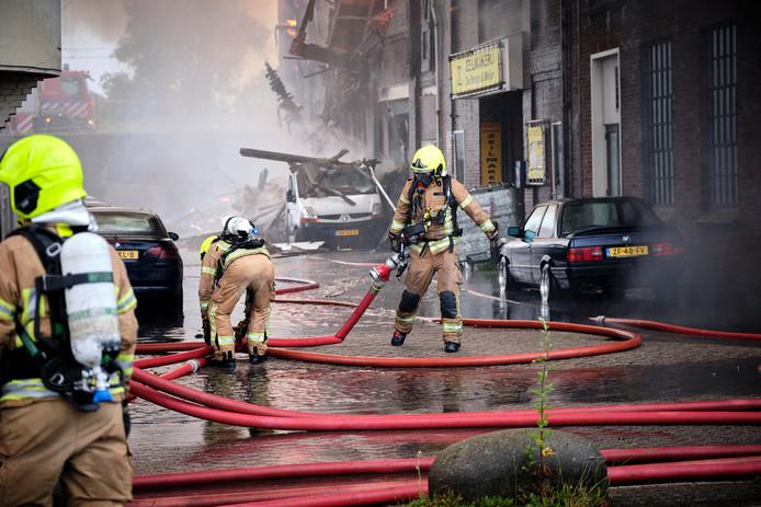 Brandweerlieden waren de hele dag bezig om de felle brand te blussen.