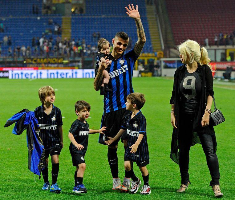 Wanda en Mauro Icardi op het veld in het San Siro met hun eerste dochter en de drie zoontjes die Wanda heeft met Maxi Lopez.