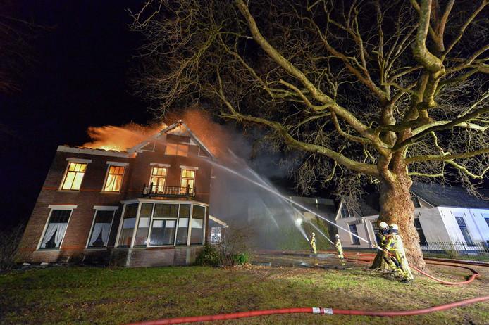 Ondanks de inzet van de brandweerlieden kon de villa niet worden gered.